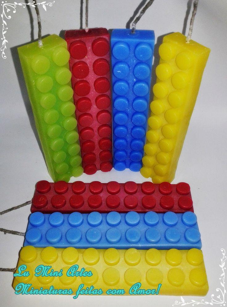Vela Geek de Aniversário peça de Lego Grande <br>Valor referente a 4 unidades, escolha as cores <br>14 cm x 3 cm x 2 cm com 18 pinos <br>Temos a mesma vela em tamanho menor. <br>fique atento ao prazo de produção. <br>Uma Exclusividade Lu Mini Artes! Artesanato feito com carinho! <br>podem ocorrer variações na cor da vela <br>Ao fazer o pedido, informe a data do evento. <br>pode retirar em SP-capital-zona leste <br> <br>veja também nosso álbum de velas Geek. <br>Mini beijos <br>Lu Mini Artes