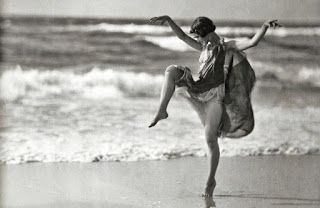 "Long Beach, Long Island, New York, circa ""Anna (Denzel) Duncan dancing."" One of the "" Isadorables, "" as Isadora Duncan's German proteges were known. Glass transparency by Arnold Genthe. Isadora Duncan, Modern Dance, Contemporary Dance, Dance Photography, White Photography, Old Pictures, Old Photos, People Dancing, Dance Photos"