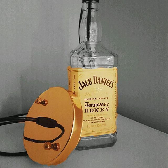 Pendente único e exclusivo com a garrafa de Jack Daniels Honey.  Segue o link do Mercado Livre  https://produto.mercadolivre.com.br/MLB-851163888-pendente-jack-daniels-honey-1l-exclusiva-_JM  Ou digite #851163888 na busca.  #pendente #jackdanielshoney #jackdaniels #luminaria #decoracaovintage #pubdecor #industrialdesign #industrialdecor #vintage #bc #balneariocamboriu #curitiba #churrasqueira #lavabo #casanova #lifestyle #instadecor #steampunk #decoracaovintage #vintage #segundafeira…