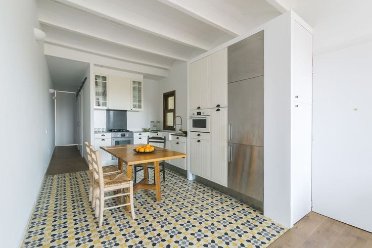 cocina abierta - Casa Sal: la sorprendente reforma de una vivienda larga y estrecha