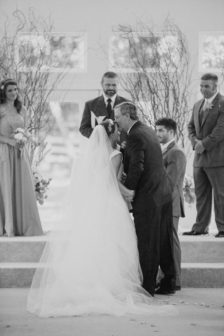 De vader van de bruid geeft zijn dochter weg