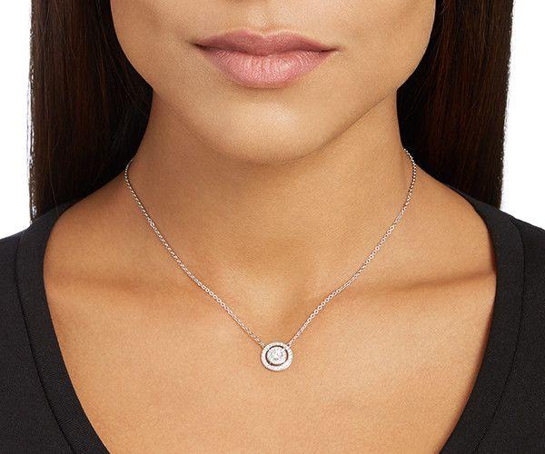 Une création intemporelle à porter en toute occasion. Présentant un double halo de cristaux sertis pavé autour d'un cercle central, ce collier en... Acheter