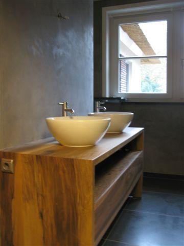 Modern robuust badkamermeubel, mooi in combinatie met betonkleuren.