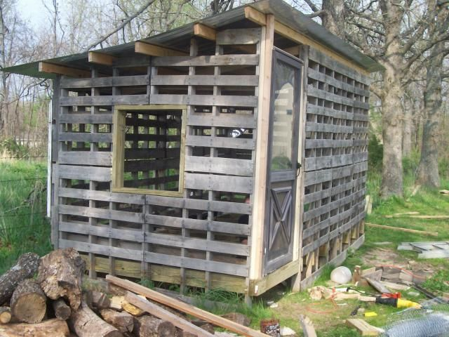 Pallet chicken coop. I LOVE this design! What a great way to build inexpensively.