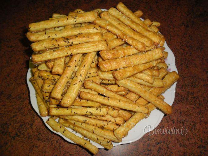 Česnekovo-sýrové tyčinky Suroviny   250 gsyr údený 500 gmúka hladká 150 gmaslo 50 gmasť bravčová 200 mlsmotana na šľahanie 4-5 strúčikycesnak 2 KLsoľ 1 kskypriaci prášok 1 ksžĺtok vaječný Na potieranie 1 ksvajce Na posyp rasca celá semienka ľanové semienka sezamové