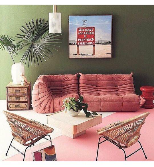 Canapé en velours rose et fauteuils en rotin