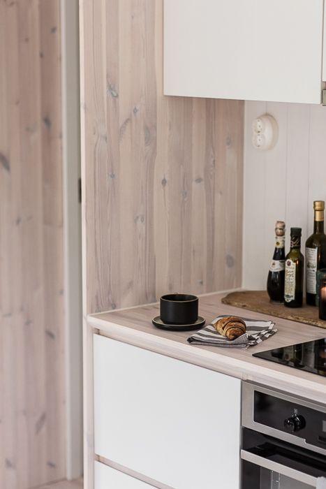 Snickeribyggt kök i modulbyggt sommarhus. www.sommarnojen.se #fritidshus #sommarhus #kök #naturmaterial #snickerier #skandinaviskdesign