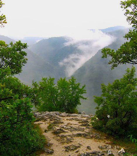 A Fehérkőlápa a Lillafüredet rejtő völgy dél-keleti oldalán található terület elnevezése. Onnan kapta a nevét, hogy a magasan fekvő fehér sziklájáról panoráma-kilátás nyílik az alatta fekvő, meredek esésű hegyoldalra, melyet régen lápának hívtak. A fennsíkon működik a Fehérkőlápai turistaház, mely sok kikapcsolódási lehetőséggel kecsegtet. Kedvelt kirándulóhely a Bükkszentkereszt felé elterülő tisztás is.