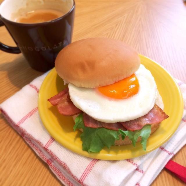 おはようございます٩(ˊᗜˋ*)و まだバンズが残ってたので… ベーコンエッグバーガーとティーオレで、爽やかな朝♪ 目玉焼きが、初めて上手に焼けた♪ ♬ ヾ(´︶`♡)ノ ♬ ♪ - 18件のもぐもぐ - ベーコンエッグバーガー♡ by kyokyomonaka