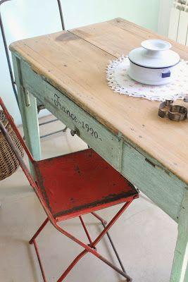 Mesa antigua y sillas de chapa
