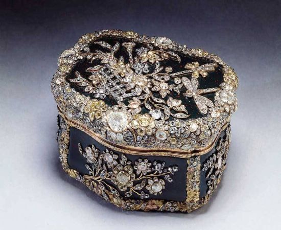 This unique snuffbox was created in 1770 from 3,ooo diamonds and gold and belonged to King of Prussia Frederick the Great. Empress Alexandra, wife of Nikolay II also owned it until 1917. The next owner was Queen Mary, grandmother of H.M. Queen Elizabeth II.