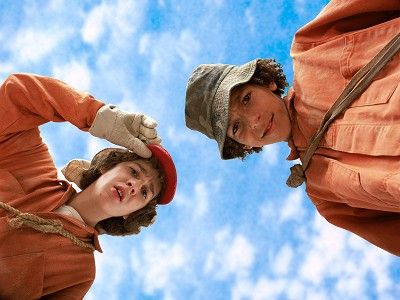 Listen and Read ~~ Holes by Louis Sachar - This site reads the book while students follow along.