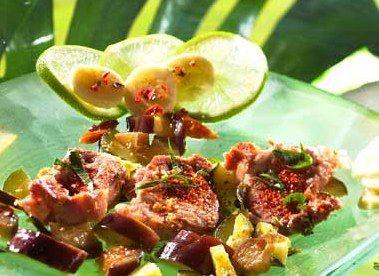 Colombo de porc - Recette de cuisine: recettes avec piment, plats épicés, plats relevés - Pour 4 personnes Préparation : 20 min Cuisson : 40 min Ingrédients 1 kg de filet mignon de porc 1 courgette 1 aubergine 2 pommes de terre 1 banane 1 citron vert 1 oignon...