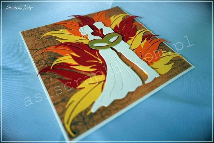 Ślubna kartka dla strażaka, aż płonie od miłosnych uczuć. Para młoda w płomieniach na tle serdecznych życzeń Galerii Papieru. Płomienie wycięte wykrojnikiem – liściowym. Połączeni obrączkami ślubują sobie miłość. Ślubna kartka dla strażaka Podobne