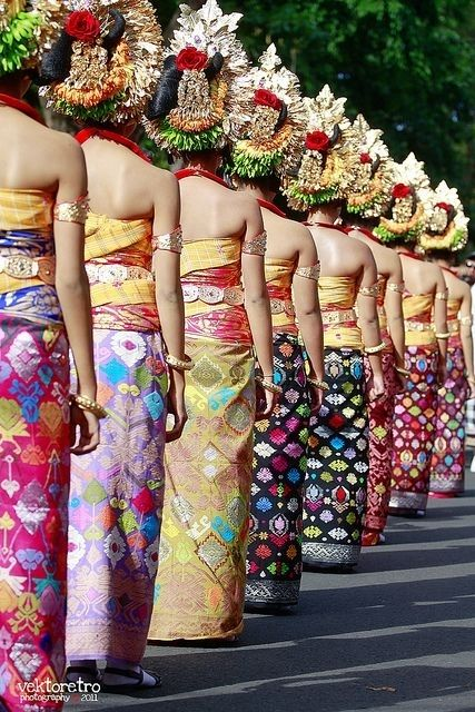 Bali  The traditional Balinese dress is similar to the Indian sari but has more of a sarong feel and is usually of heavier fabric. @ http://fashion.allwomenstalk.com