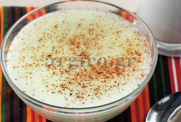 Ρυζόγαλο: Αγαπημένο παραδοσιακό γλύκισμα. Στο Αιγαίο σερβίρουμε το μαστιχάτο ρυζόγαλο τις ημέρες του Πάσχα κατά κόρον, σαν επιδόρπιο. Πασπαλίζουμε με κανέλα. Και όταν καλοκαιριάσει, το σερβίρουμε στο ξενοδοχείο στην Πάρο στον πρωινό μπουφέ.