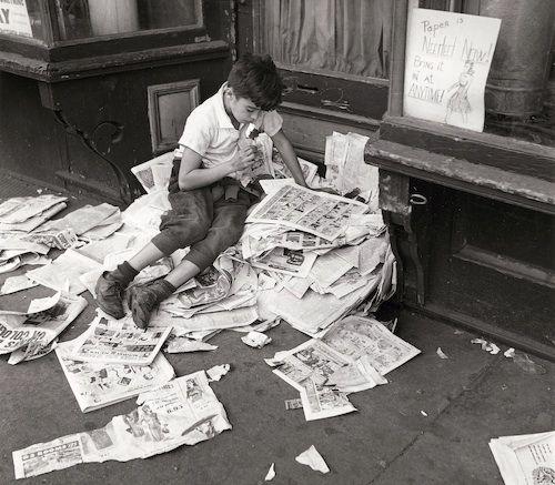 """André Kertész, (1894-1985) fotoğraf tarihinin en yaratıcı ve üretken isimlerinden biri. İlk olarak 1971 yılında yayımlanan """"On Reading"""" isimli seri, Kertész'in imzası haline gelen serilerden oldu. 1920-1970 yılları arasında çekilen,…"""