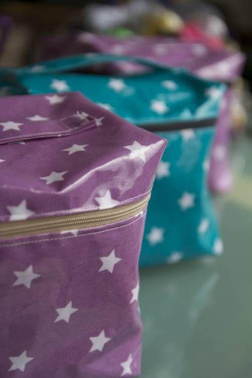 Trousses de toilette enduites :: Meli-Melo. Tuto içi: http://afondlesballons.blogspot.be/2011/12/simply-vanity.html