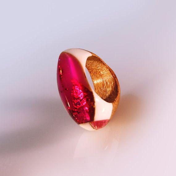 Anello intarsiato in resina e legno, gioiello design, sera speciale, gala, con vetro organico, scolpito artigianale, arte italiana handmade