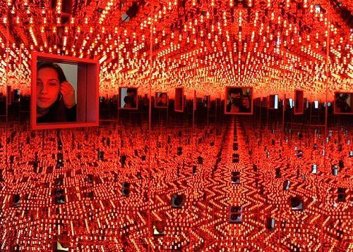 'Infinite mirror' art installation by Yayoi Kusama - Viola.bz