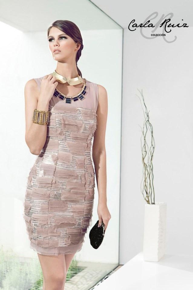 Vestido de cóctel en color nude y realizado en gasa de seda y peillette. De Carla Ruiz.  Referencia 88415.