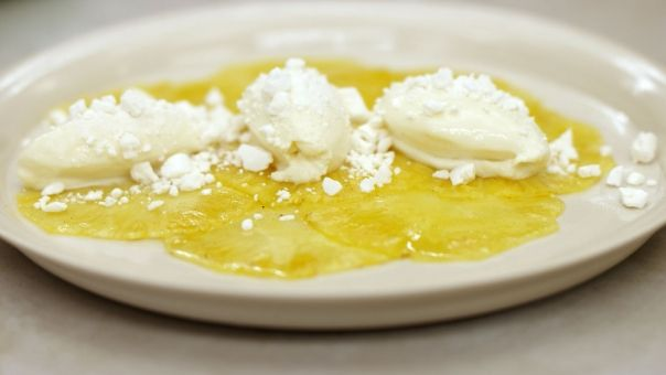 Witte chocolate mousse met ananas carpaccio - white chocolate mousse with carpaccio of pineapple