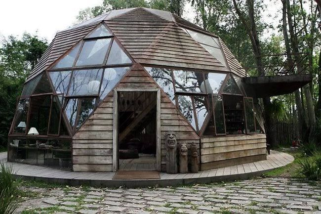 The Pictures of this Dome House werefoundon Facebook, but there was no information as to how it wasbuilt, who it belongs to, or where it is located, but it is beautiful none the less. If any of you know the whereabouts of this Geo Dome House, please leave the information in the comments section. We would love to Supplement this article and write about it.viaFacebook