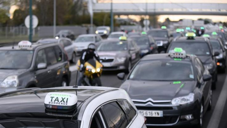 VIDÉO - A l'issue d'une réunion avec les organisations de taxis, le secrétaire d'État aux Transports leur a remis un document avec les contours du fonds de garantie destiné à indemniser les chauffeurs qui veulent vendre leur licence.