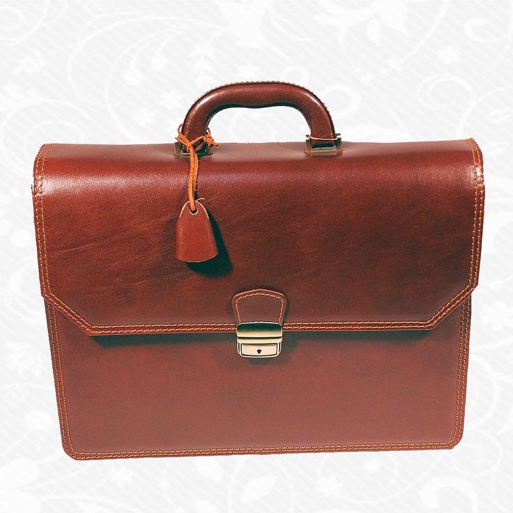 Používa sa pravá hovädzia a teľacia useň, exkluzívna – ručne tamponovaná useň, talianske a švajčiarske kovanie a podšívkové materiály.  39 cm x 30 cm x 13 cm  Dve oddelenia predné s ochranou na laptop predné vrecko dve vnútorné a zadné zipsové vrecko vrecko na mobil, vizitky pútko na perá zámok na kľúčik