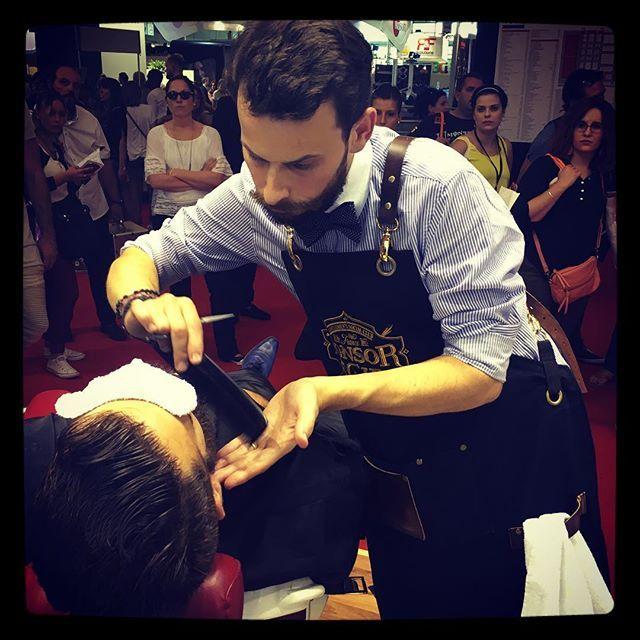 Hervé Boibessot, en demonstration taille de barbe au Mondial Coiffure de Paris #tonsorschool #tonsorcie #partager #savoirfaire #echanger #passion #tradition #maitrebarbier #barbe #barbier #toulouse