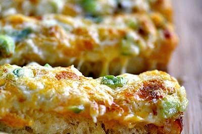 A cross between garlic bread and pizza, cheesy bread is a quick, easy, and delicious party snack.: Fun Recipes, Cheesy Garlic Breads, Parties Snacks, Breads Recipes, Cheesy Breads, Delicious Parties, Fingers Food Recipes, Green Onions, Simply Recipes