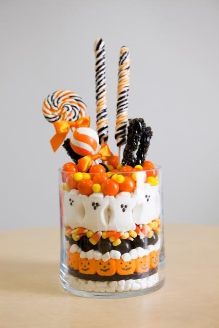 Centro de mesas de chuches blancas, negras y naranjas para decorar una mesa Halloween infantil