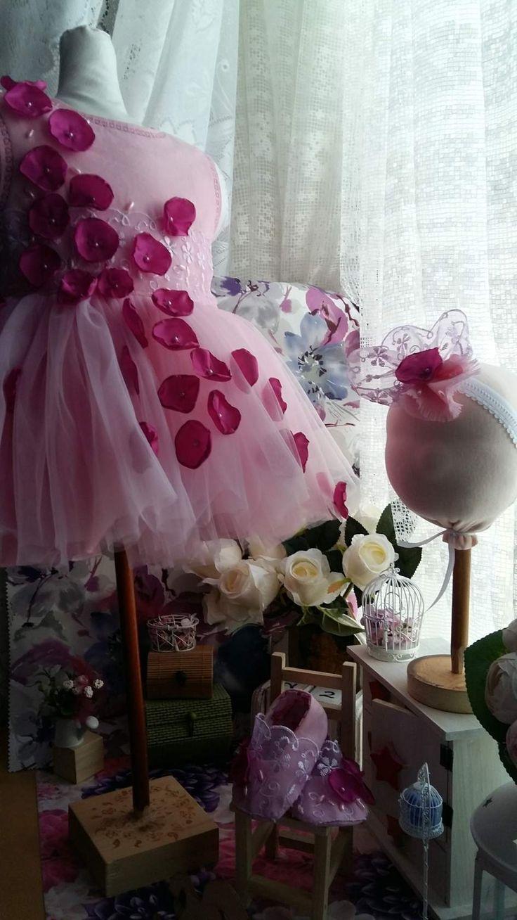 Комплект нарядной одежды для малышки 1 годика. Платье из японского хлопка, верх - еврофатин, украшено цветами из ткани и бусинами. Повязочка на голову из мягкой резиночки, украшено цветком из заявленных тканей. Балетки из хлопка.