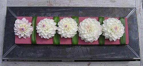 Bloemen bezorgen kleur aan zelf gemaakte bloemstukjes - Twee bloemstukjes in gekleurd steekschuim maken - strakke en moderne bloemstukken zelf maken