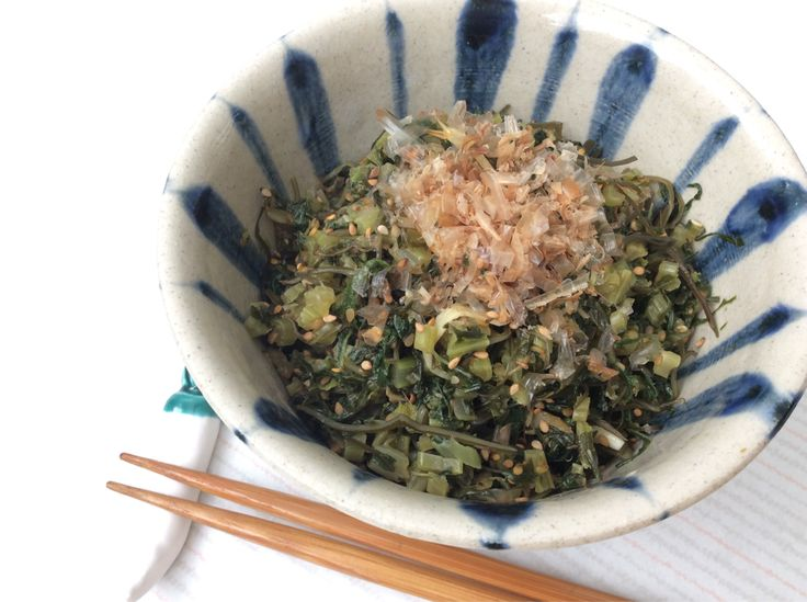 Daikon radish leaves. Don't throw out the leaves because you can eat them too! Cut the leaves into small pieces and pan fry it with sesame oil, garlic, sliced kombu(seaweed), and sesame seeds. It goes well with rice and bonito flakes. 大根葉。とかく残ってしまうのが葉っぱ。捨てるのはもったいない。細かく刻んで、ごま油、にんにく、きざみ昆布、ごまで炒めて味をつけてかつお節をのせてご飯のお供に!