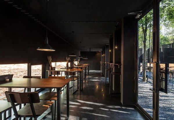 Bar ristorante in stile industriale nella foresta tailandese - Elle Decor Italia