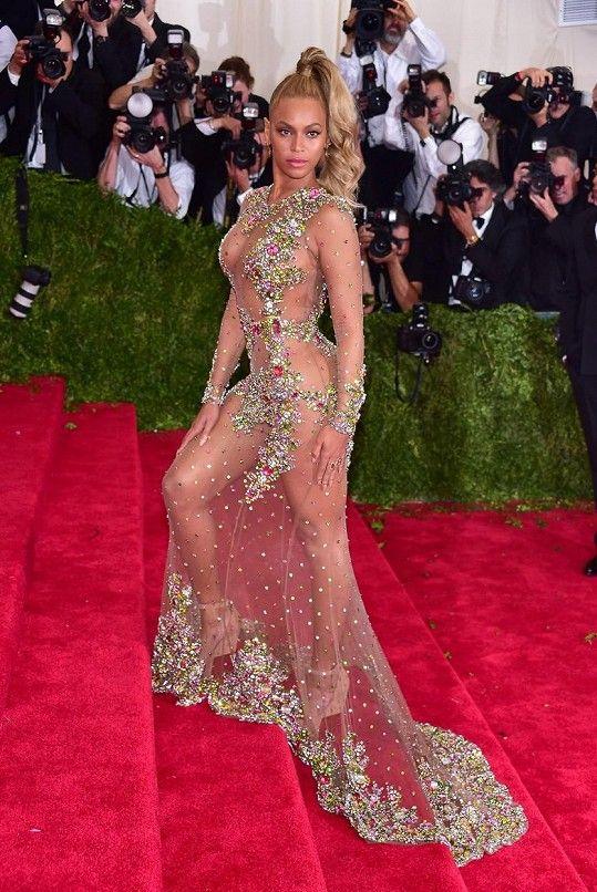 Šaty spíchnuté ze silonek a na nich jakoby přilepené bonbony, blond ohon a výrazný make-up ve stylu cukrárny? Jako by Beyoncé Knowles odcizila couture šaty Givenchyho připravené pro nestydu Nicki Minaj nebo infantilní Katy Perry. Tohle přece není tvůj styl, milá Beyoncé!