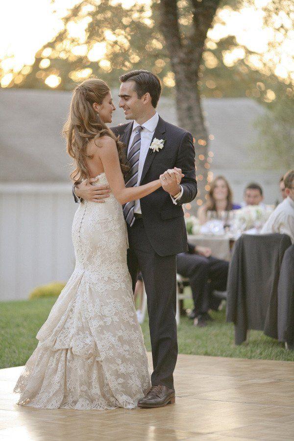Novios bailando el vals    35 fotos de la boda que no te pueden faltar
