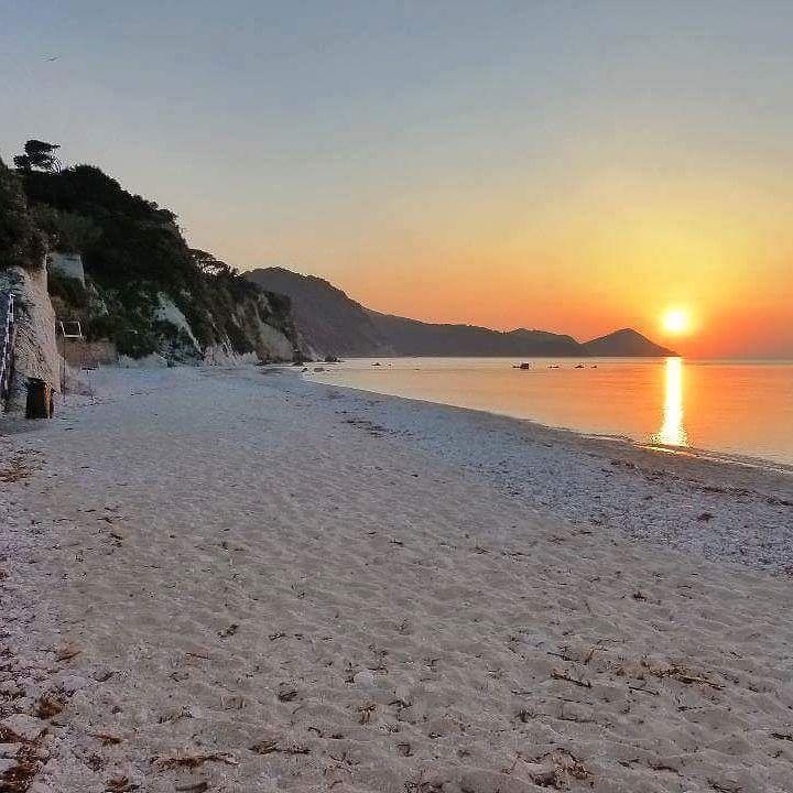 Visita http://ift.tt/1NHxzN3  Il tramonto dalla spiaggia di #capobianco a #portoferraio nello scatto di @residencevillateresa. Continuate a taggare le vostre foto con #isoladelbaapp il tag delle vostre vacanze all'#isoladelba.