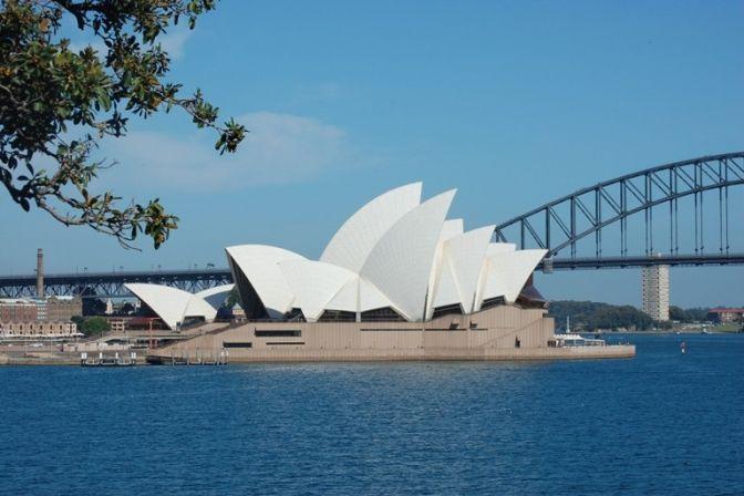 SYDNEY: Det store jumbo jetfly drejer i en stor bue ind over Sidney, Australiens største by, og pludselig ser jeg det – Sidneys berømte varetegn, den danske arkitekt Jørn Utzons berømte operahus. #ferie #rejser #Australien #Sydney