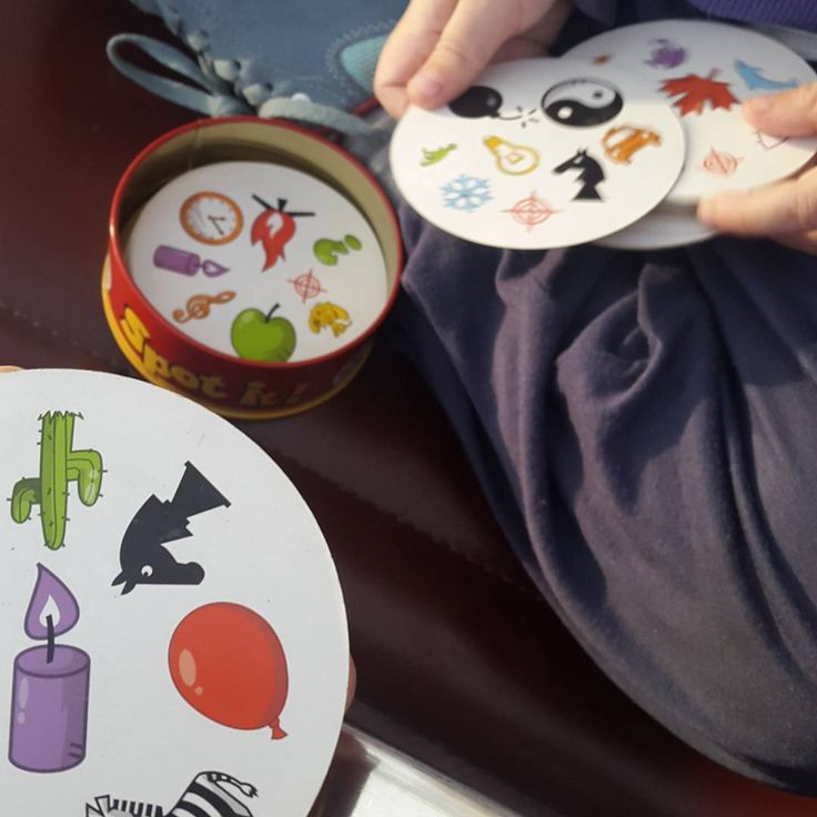 Juegos para viajar con niños. Spot it es perfecto por ser pequeño, cómodo de llevar, sencillo de jugar y perfecto para niños desde 4 años y adultos.