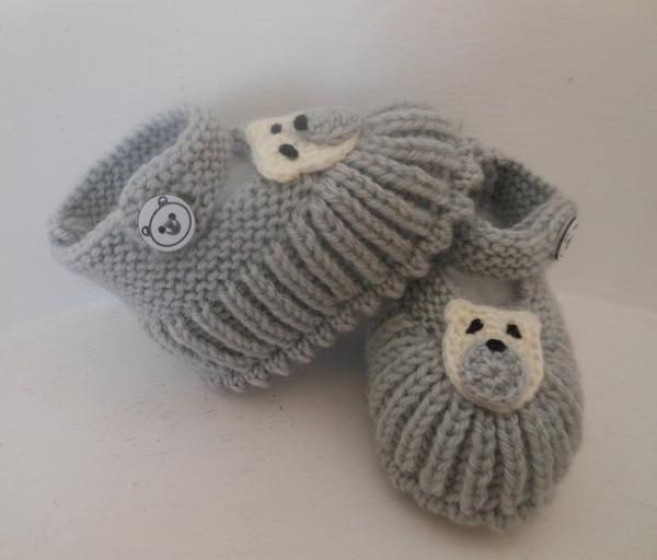 Sevimli örgü bebek patiği 0-1 yaş bebekler için uygundur elimde hazır vardır alış yapıldığında ertesi gün kargoya verilir. braw süper bebe ile örülmüştür