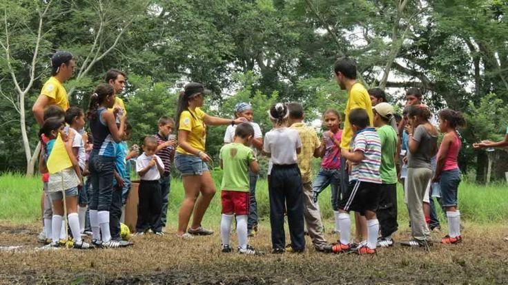 Niños y niñas se integraron para trabajar en equipo.