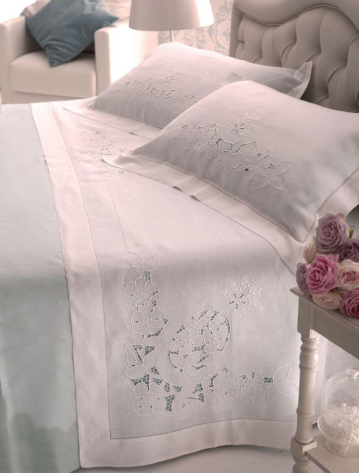 Parure lenzuolo matrimoniale confezionato in puro lino con motivo ricamato a mano di fiori ad intaglio lungo tutto il bordo e sulle due federe, rifinito con orlo a giorno semplice