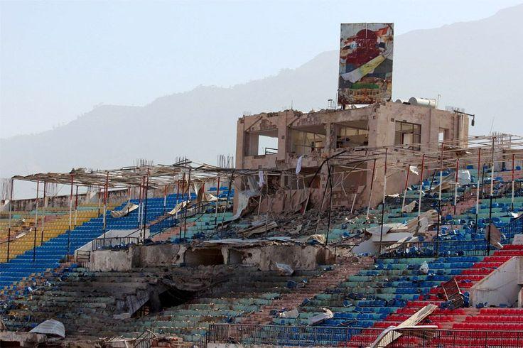 13. Απριλίου: Ένα γήπεδο στην Υεμένη, μετά από βομβαρδισμό. Σύμβολο ερήμωσης του εμφυλίου πολέμου ( Όπου φτωχός και η μοίρα του).