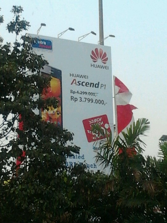 The Huawei Ascend P1 promo continues in Jakarta… wonder how the Galaxy Nexus' battery life compares though, since the two are so closely priced…
