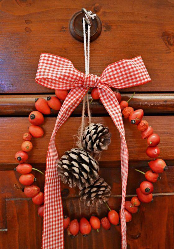decorazioni natalizie con bacche di rosa ghirlanada pigne