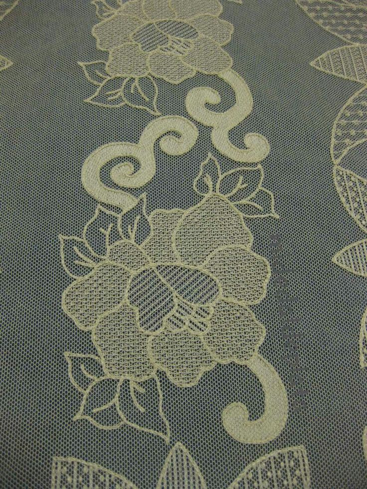 Detalle de pañito bordado sobre tul. http://midedaldeplata.blogspot.com.es/2016/08/bordado-sobre-tul-panito-grande.html?m=0