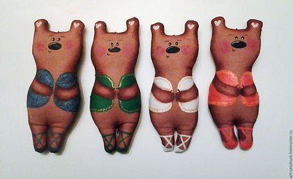 Купить или заказать 'Медведи-балерины/танцоры' в интернет-магазине на Ярмарке Мастеров. Милые и обаятельнейшие медведицы-балерины или волшебные медведи-танцоры для Вашей елки (или в машину как памятный сувенир)! - изделие изготовлено из мягких материалов (безопасно для детей, не разобьется) - игрушка не имеет запаха - рисунок устойчив к чистке (влажной тряпочкой и сухой чистке) - к игрушке прикреплена специальная веревочка для того, чтобы было легко повесить на ёлочку - рисунок&a...