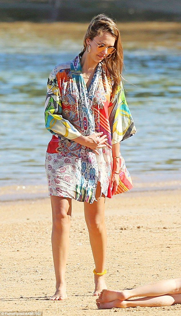 1000 ideas about jessica alba beach on pinterest for Jessica alba beach pictures